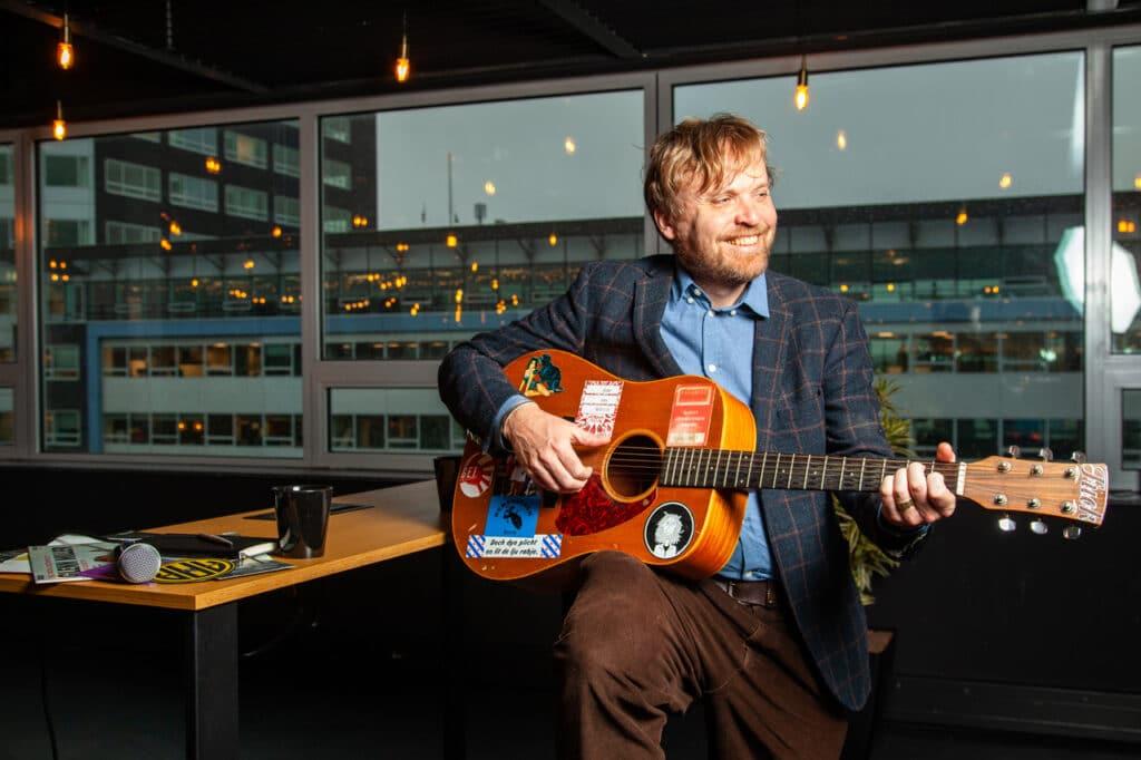 Seem Bakker with a guitar